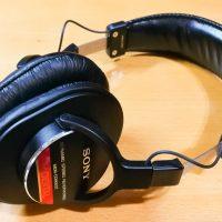 日本で定番のモニターヘッドフォン『SONY MDR-CD900ST』レビュー - ラジオに一度通したような音がする